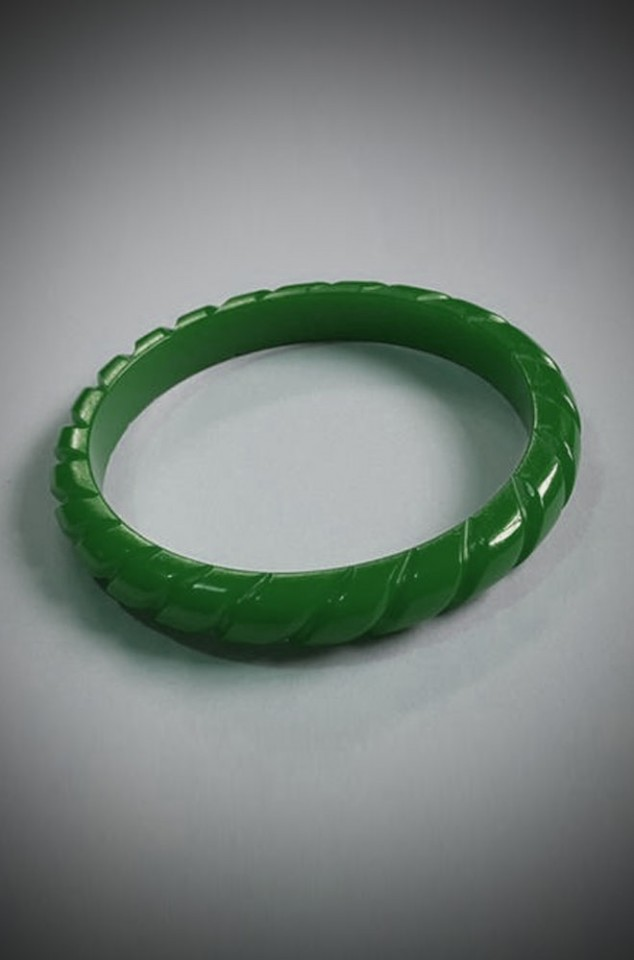 Super kitsch & retro, we adore this green twisted carved fakelite bangle here at Deadly is the Female!