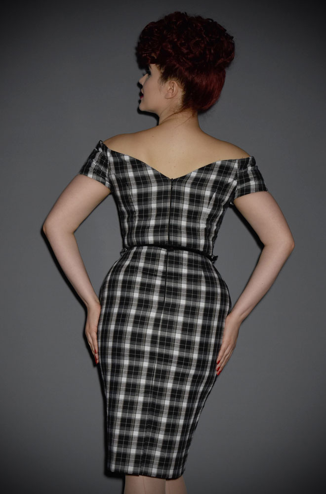 The Fatale black and white tartan wiggle dress is a real bombshell of a dress. This fabulous off the shoulder wiggle dress is perfect for pinup girls.