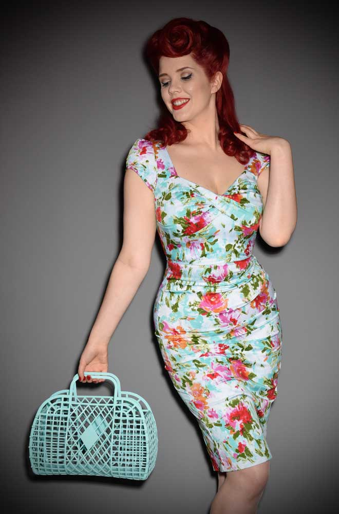 The Mint Retro Jelly Handbag is a fun 1960s style, lightweight plastic handbag. Aremake of a retro classic that is perfectin the summer!