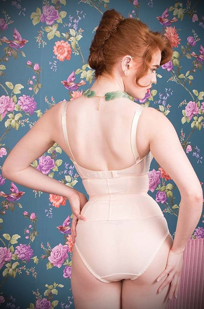 Cinch your waist for a retro hourglass look with the Glamour Nouveau Waspie. This little cincher is inspired by the waspies worn under Christian Dior's New Look gowns to create a cinched in waist.