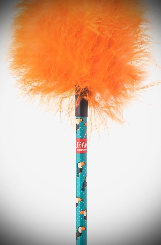 Featuring orange feathers and toucans, it is a must-have for your pencil case. To carry with you wherever you go or to ideal as an original gift.