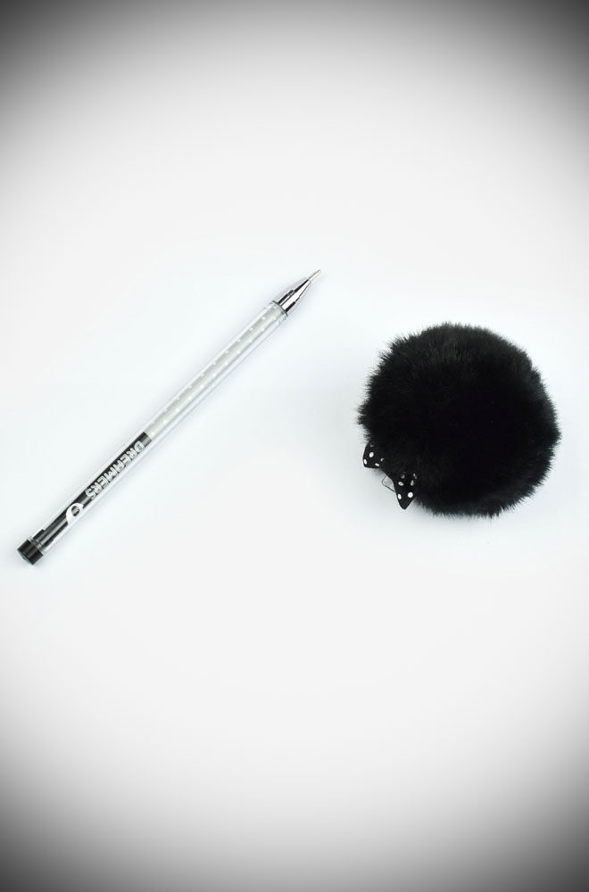 A ballpoint pen with black ink & a 1mm tip, not to mention a Black pom pom on top. To carry with you wherever you go or to ideeal as an original gift.