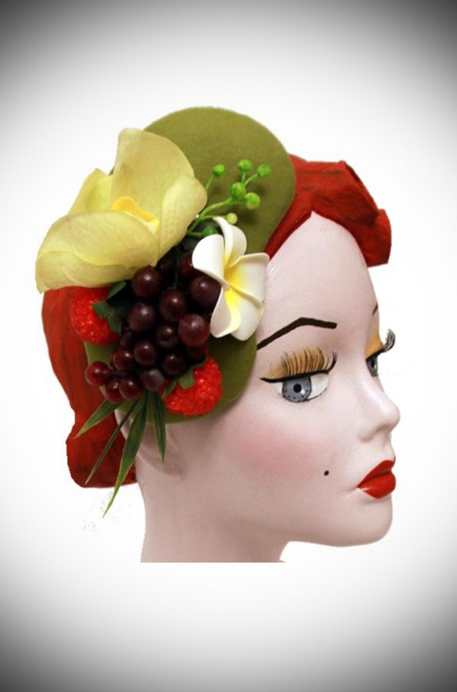 The Hawaiian Half Hat is a kidney-shaped fascinator, inspired by the 50s. Ideal for weddings and summer parties. Effortless Vintage style in an instant!