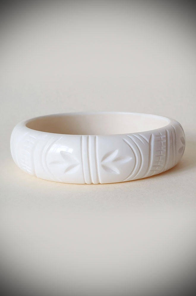 Gorgeous heavy carved tropical bangles! The Etta bangles are crafted in beautiful linen White fakelite an authentic vintage.