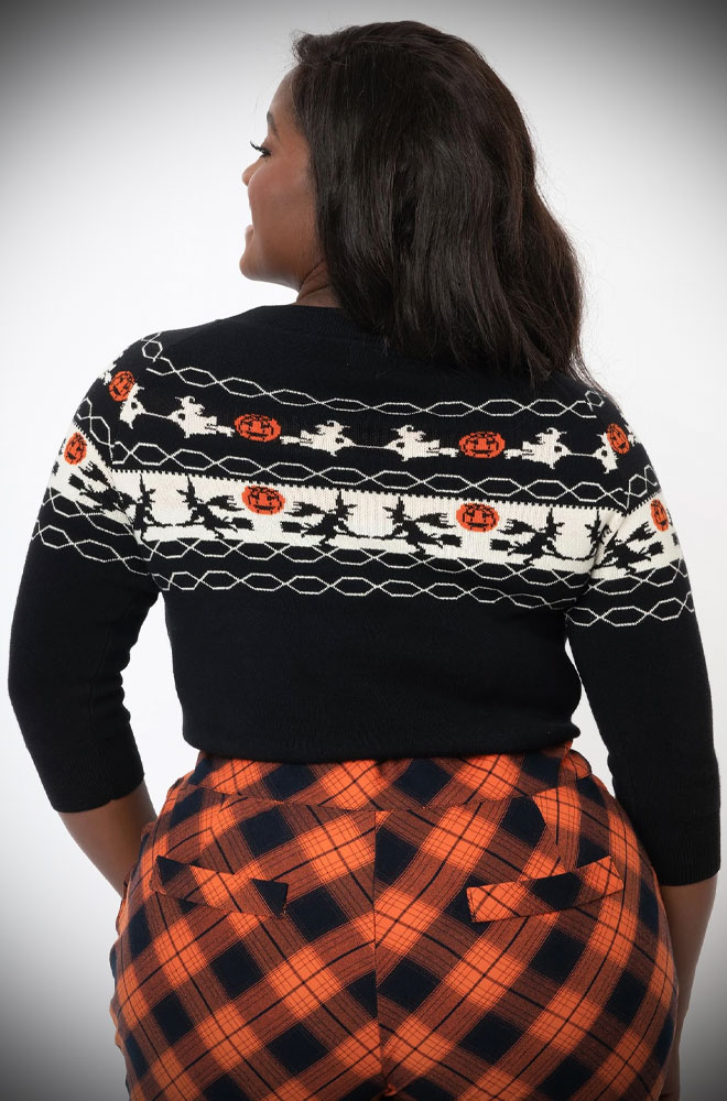 The Lorelai Halloween Jumper features witches and Jack o' Lanterns!This spooky separate is perfect to keep you warm this Autumn.